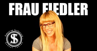 Im Fragenhagel: Frau Fiedler